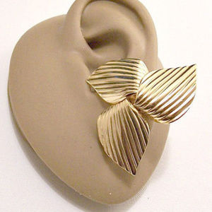 Sarah Coventry Flower Petals Clip On Earrings